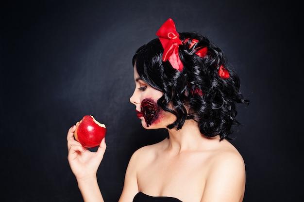 Halloweenowa kobieta makijażu z artystycznym makijażem biały śnieg na czarnej ścianie