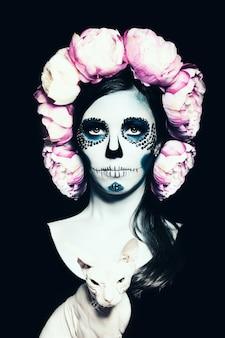 Halloweenowa kobieta z makijażem cukrowej czaszki