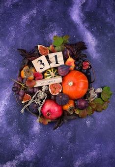 Halloweenowa kompozycja z jesiennymi owocami