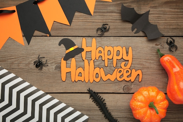 Halloweenowa kompozycja z nietoperzami i dyniami na szarym tle. widok z góry.