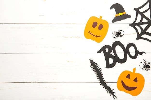 Halloweenowa kompozycja z pająkami i nietoperzami na białym tle. widok z góry