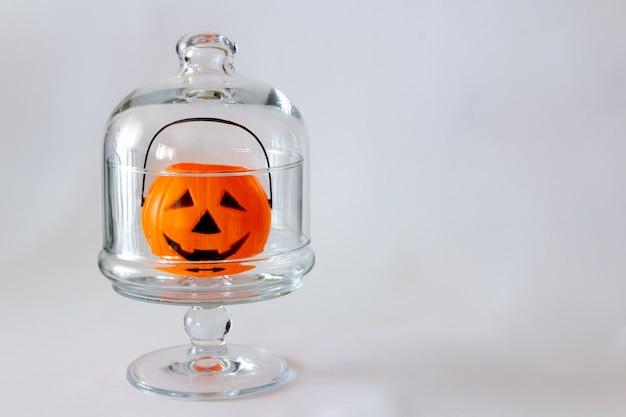 Halloweenowa latarnia kosz cukierków w kształcie dyni wewnątrz szklanego pojemnika selektywne skupienie kopiowanie miejsca