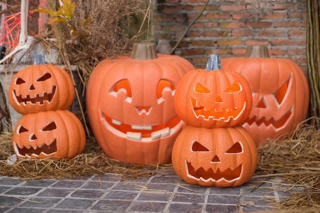Halloweenowa latarnia z głową dyni