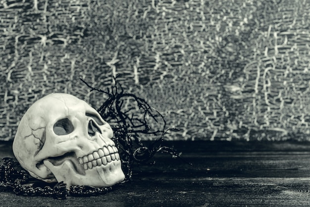 Halloweenowa ludzka czaszka na starym drewnianym stole