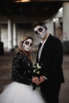 Halloweenowa para. ubrana w strój ślubny romantyczna para zombie.