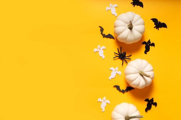 Halloweenowa płaska scena z widokiem z góry na pomarańczowym tle z miejscem na kopię