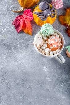 Halloweenowa śmieszna gorąca czekolada z piankami