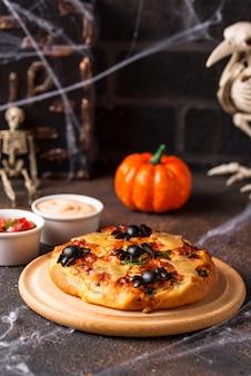 Halloweenowa straszna pizza ozdobiona duchami