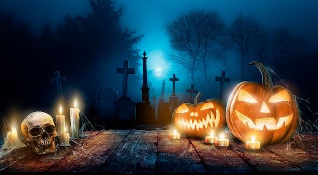 Halloweenowa tapeta ze złymi dyniami