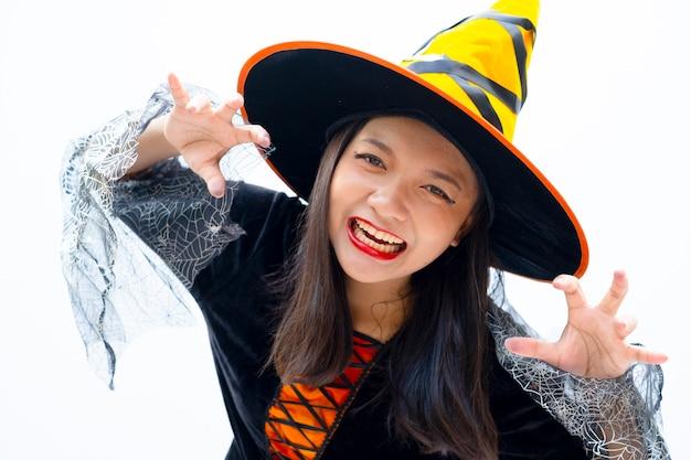 Halloweenowa wiedźma na białym tle, ładna dziewczyna, azjatycka dziewczyna.
