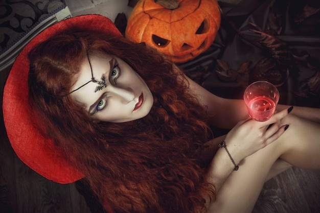 Halloweenowa żeńska czarownica przygotowywa dla festiwalu