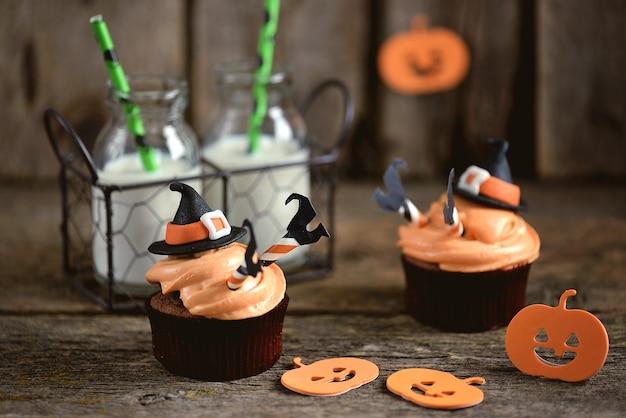Halloweenowe babeczki z kremem twarogowym i mastyksowym kapeluszem czarownicy.