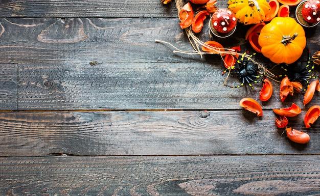 Halloweenowe banie na drewnianym tle ,.