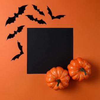 Halloweenowe dekoracje nietoperza na pomarańczowym tle