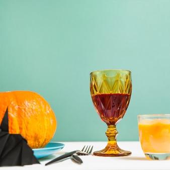 Halloweenowe dekoracje stoi na biurku