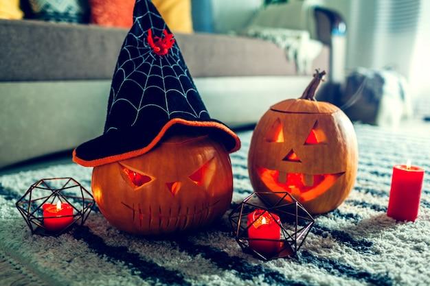 Halloweenowe dynie jack-o-lantern. dom urządzony w tradycyjnym halloween.