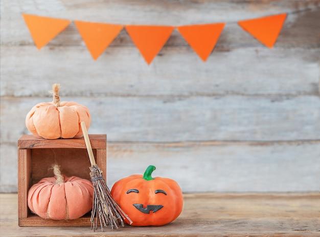 Halloweenowe dynie na drewnianym tle