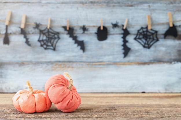 Halloweenowe dynie tekstylne na drewnianym tle