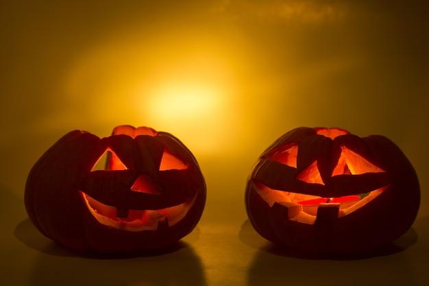Halloweenowe dynie uśmiech i przerażające oczy na imprezową noc