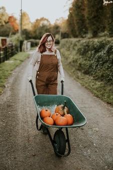 Halloweenowe dynie w ciemnym jesiennym nastroju taczki