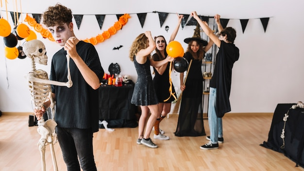 Halloweenowe imprezowicze tańczące