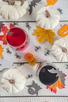 Halloweenowe koktajle na stole