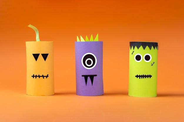 Halloweenowe majsterkowanie i kreatywność dzieci. ekologiczny recykling, recykling z tuby na papier toaletowy. dziecięcy potwór z papieru rzemieślniczego, dynia, frankenstein. rozwijanie wyobraźni i motoryki sensorycznej.
