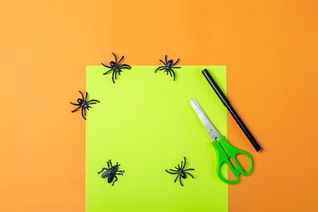 Halloweenowe majsterkowanie i kreatywność dzieci. instrukcja krok po kroku: robienie zielonego potwora frankensteina z tuby na papier toaletowy. narzędzia step1preprration: nożyczki, papier. dzieci craft ekologiczny recykling