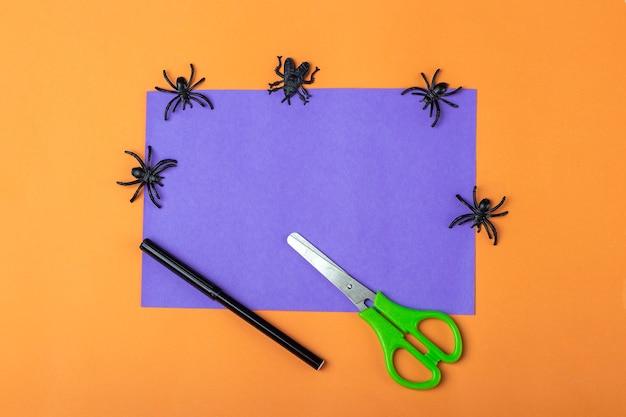 Halloweenowe majsterkowanie i kreatywność dzieci. instrukcja krok po kroku: zrobić fioletowego potwora z tuby papieru toaletowego. narzędzia przygotowawcze step1: nożyczki, papier. dzieci craft ekologiczny recykling.