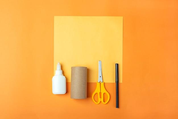 Halloweenowe majsterkowanie i kreatywność dzieci. instrukcja krok po kroku: zrobienie pomarańczowej dyni potwora z tuby papieru toaletowego. narzędzia przygotowawcze step1: nożyczki, papier. dziecięce rzemiosło. ekologiczny recykling.