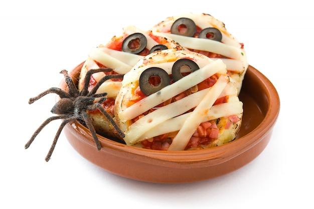 Halloweenowe mumie mini pizze na białym tle
