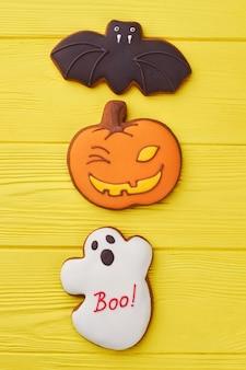 Halloweenowe pierniczki na kolorowym tle ciasteczka cukrowe na halloween party pyszne homem...