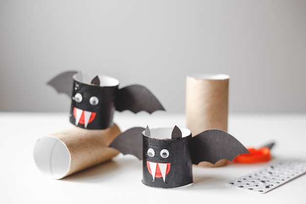 Halloweenowe potwory z rolek papieru toaletowego rękodzieło dla dzieci na halloween