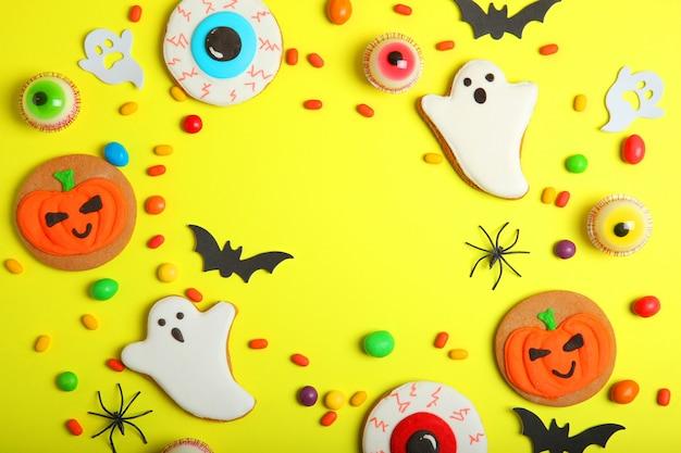 Halloweenowe słodycze na kolorowym tle z bliska widok z góry z miejscem na tekst