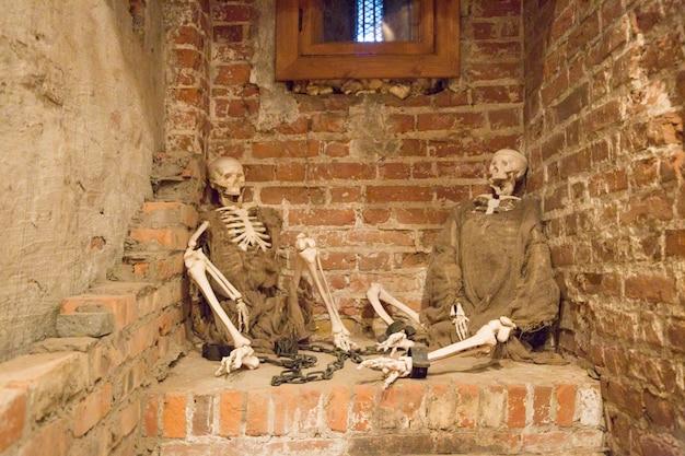 Halloweenowe szkielety w łachmanach w lochu