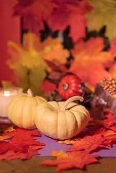 Halloweenowe tło jesień liście i dyniowy dzień zmarłych świętowania