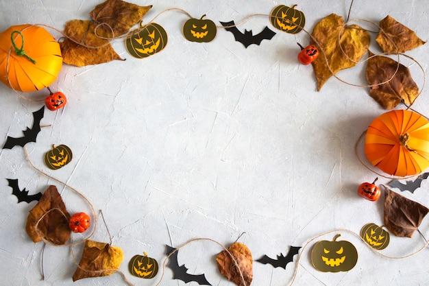Halloweenowe wakacje dynie nietoperze jesienne liście płasko leżał widok z góry kopia przestrzeń