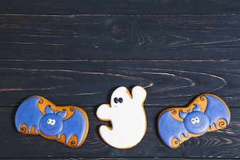 Halloweenowi cukierki na czarnym biurku
