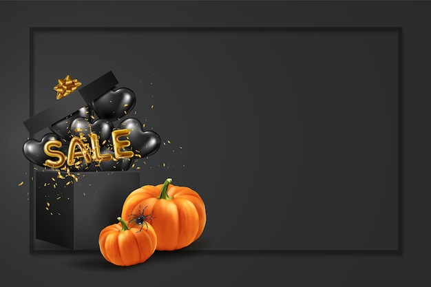 Halloweenowy baner na zakupy i sprzedaż z dynią w pobliżu pudełka z czarnymi i sprzedażowymi balonami