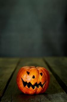 Halloweenowy bani głowy dźwigarki lampion na stole
