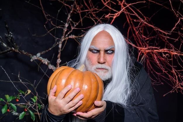 Halloweenowy brodaty mężczyzna gotowy na imprezę horror halloween dekoracja straszna koncepcja październik halloween