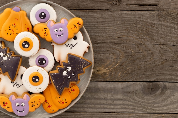 Halloweenowy domowy deser na rustykalnym drewnianym stole