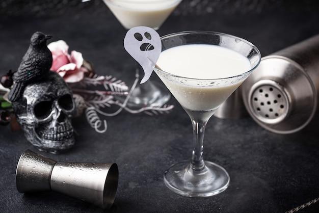 Halloweenowy drink płynny duch. kokosowy koktajl