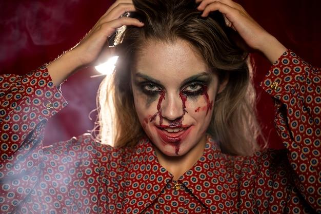 Halloweenowy kobieta model naprawia jej włosy