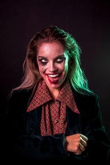Halloweenowy kobieta modela środka strzał