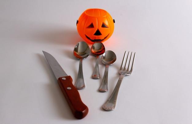 Halloweenowy kosz na słodycze dla dzieci ze sztućcami symulującymi rękę