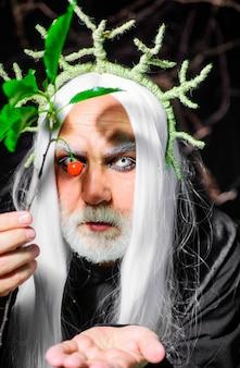 Halloweenowy mężczyzna z ciemnym makijażem. diabelski wampir. demon na imprezę z okazji halloween. straszna koncepcja. 31 października