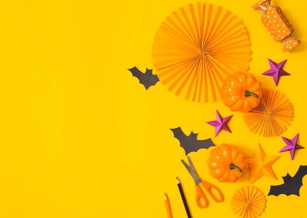 Halloweenowy papier pomarańczowy i fioletowy płasko leżał. dzieci sezonowa sztuka widok z góry. koncepcja ręcznego rzemiosła dla dzieci.
