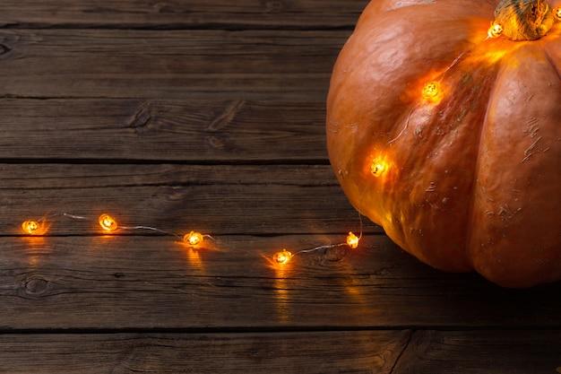 Halloweenowy tło z elektryczną girlandą