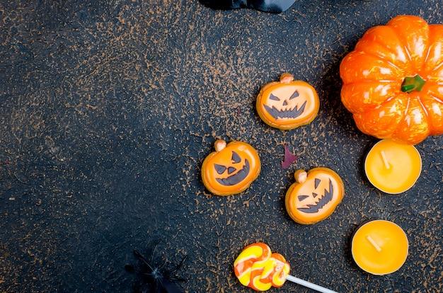 Halloweenowy tło z piernikiem, baniami i świeczkami